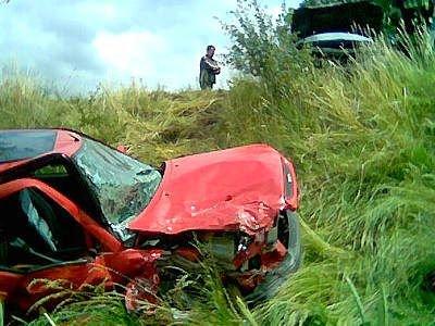 Czerwone auto w trawie