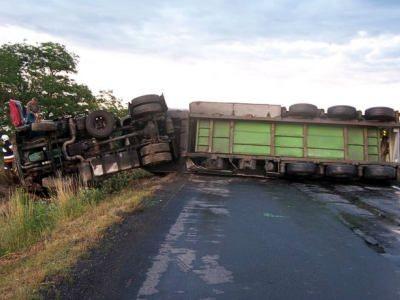 Samochód ciężarowy leży w poprzek drogi