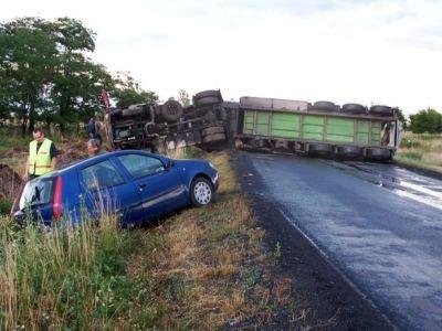 Samochód osobowy i ciężarówka po wypadku