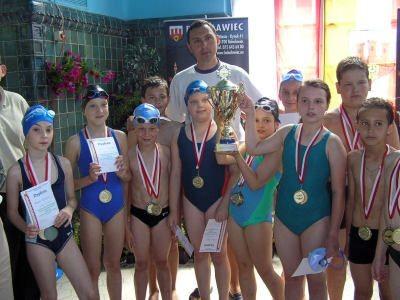 Najlepsi zawodnicy prezentują medale, dyplomy i puchar