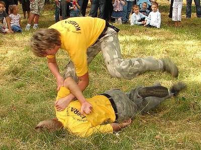 Mężczyźni w czasie pokazu technik obezwładniania