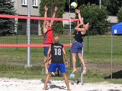 Zawodnicy grają w siatkówkę plażową