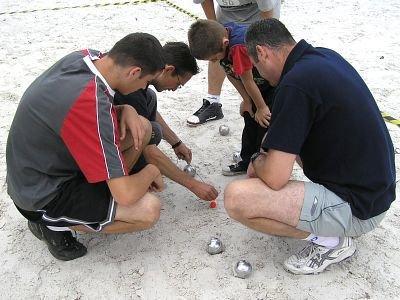 Zawodnicy sprawdzają rozstawienie kul