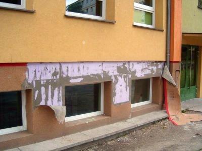 Zniszczona elewacja bolesławieckiego gimnazjum