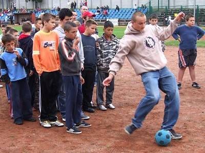 Dzieci w czasie konkursu piłkarskiego