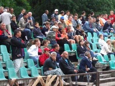 Ludzie na widowni stadionu