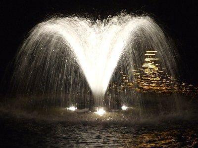 """Oświetlona fontanna w stawie przy """"Łajbie"""""""