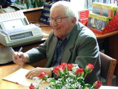 Tadeusz Różewicz podpisuje książkę