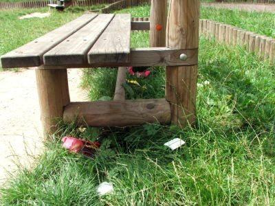 Śmieci pod ławką