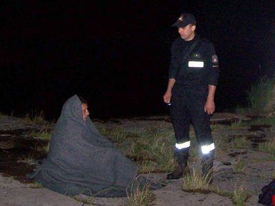 Uratowany mężczyzna w kocu i strażak