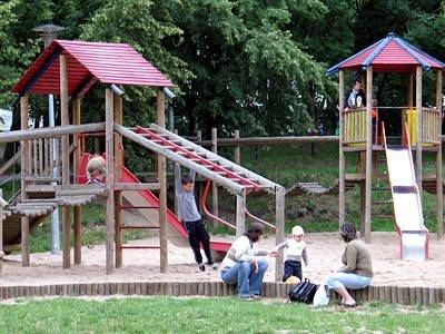 Dzieci z rodzicami na placu zabaw