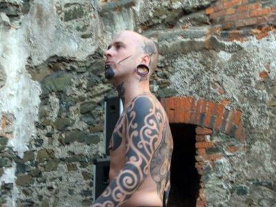Członek francuskiej grupy Exiting Body Piercing