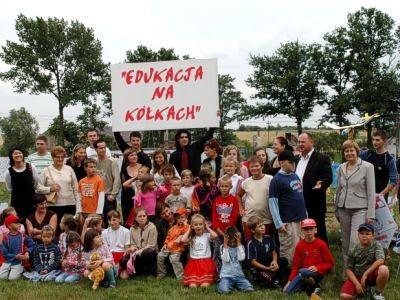 """Uczestnicy i organizatorzy akcji """"Edukacja na kółkach"""""""