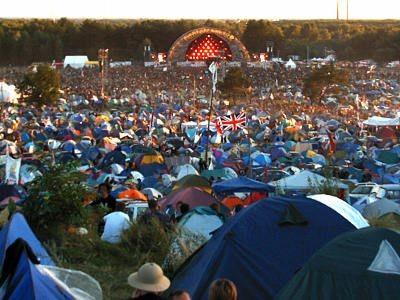 Tysiące namiotów przed sceną przystanku Woodstock
