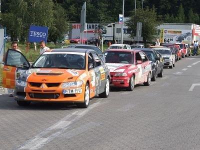 Kolejka samochodów w oczekiwaniu na start