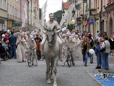 W paradzie brał udział również gliniany koń