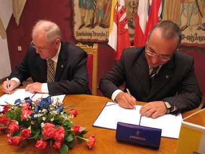 Burmistrz Molde Jan Petter Hammerø i prezydent Bolesławca Piotr Roman podpisują umowę o partnerstwie