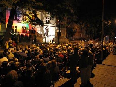 Ludzie słuchający koncertu przed Piwnicą Paryską