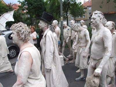 Gliniane postacie w czasie parady