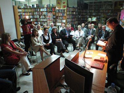 Aktor czyta fragmenty książki w księgarni Agora