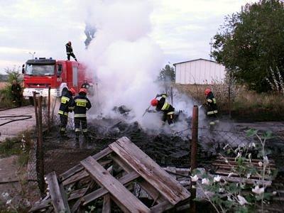 Strażacy gaszący drewniane palety