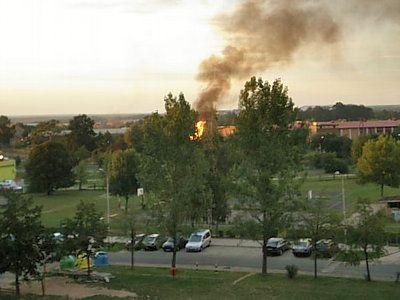 Fragment osiedla Piastów i pożar na horyzoncie
