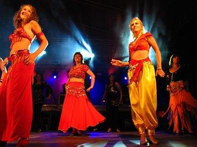 Kobiety tańczą taniec orientalny
