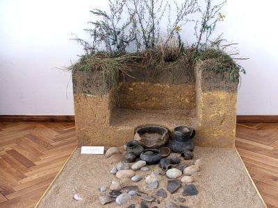 Rekonstrukcja grobu ciałopalnego kultury łużyckiej