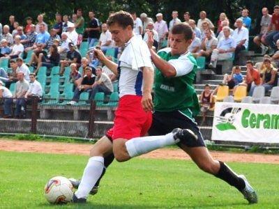 Marek Kumoś próbuje odebrać piłkę rywalowi