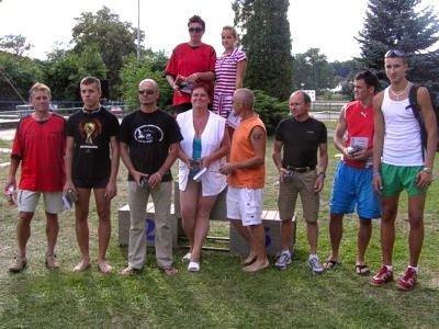 Uczestnicy zawodów pływackich