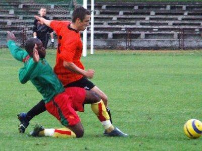 Piłkarze Kamerunu i Zagłębia Lubin walczą o piłkę