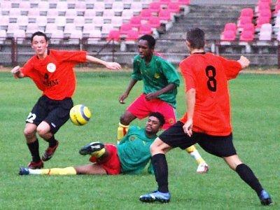 Piłkarze Zagłębia Lubin i Kamrerunu walczą o piłkę