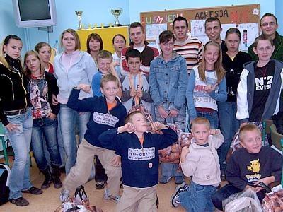 Członkowie Federacji Młodych Socjaldemokratów i dzieci
