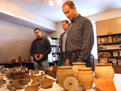 Dr Robert Szwed i pracownicy Muzeum Ceramiki