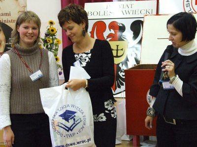 Organizatorzy konferencji przyznają nagodę w konkursie