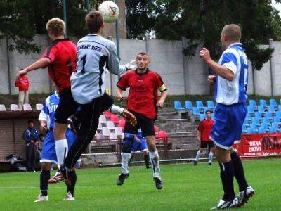 Mirosław Markowski w pojedynku z bramkarzem gości