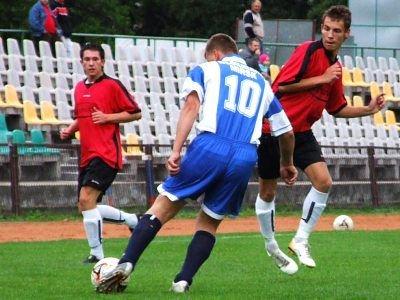 Radosław Szajwaj próbuje zablokować zagranie piłkarza gości