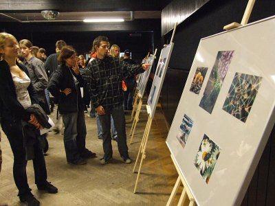 Zwiedzający wystawę zdjęć Wojciecha Graczyka
