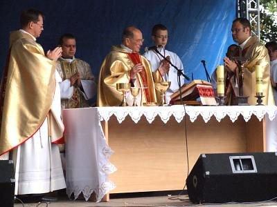 Ksiądz Senior Władysław Rączka odprawia mszę