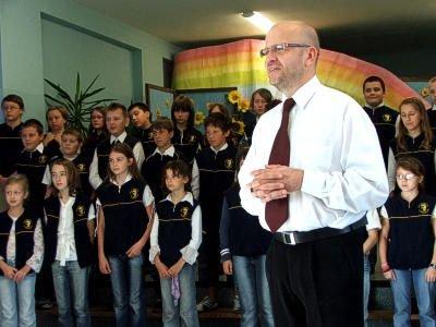 Dyrektor Kornel Filipowicz i uczniowie SP nr 1