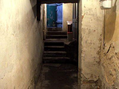 Ponury korytarz w podziemiach MDK