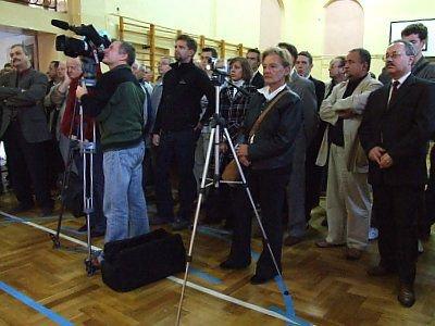 Ludzie podczas spotkania ze Stefanem Niesiołowskim