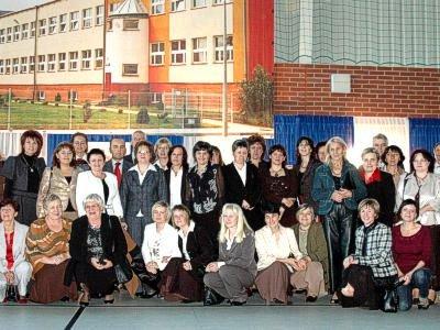 Nauczyciele, dyrektorzy i wychowankowie SP w Gromadce