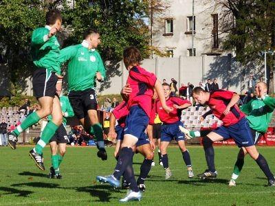 Piłkarze Górnika Złotoryja umiejętnie bronili dostępu do swojej bramki
