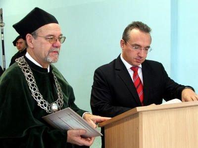 Prezydent Piotr Roman podpisuje porozumienie z AE