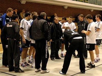 Trener udziela rad zawodnikom Interferii Zagłębia Lubin