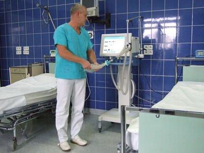 Jarosław Kuc, ordynator oddziału, prezentuje działanie respiratora