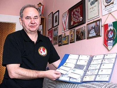 Zdzisław Mirecki prezentuje swoją kolekcję wizytówek