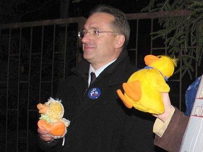 Rok temu Piotr Roman startował w wyborach w barwach PiS. Zdjęcie pochodzi z manifestacji przed wizytą w Bolesławcu Donalda Tuska