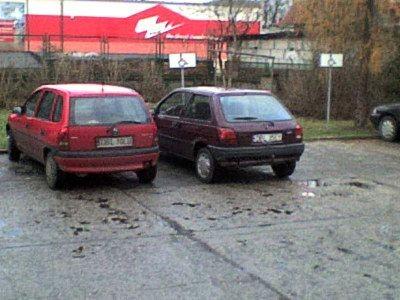 Samochody na parkingu przy inspektoracie ZUS